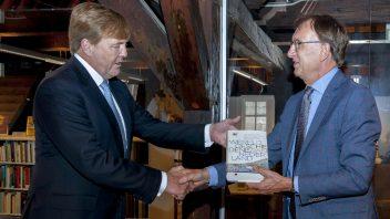 Koning Willem-Alexander ontvangt eerste exemplaar Wereldgeschiedenis van Nederland