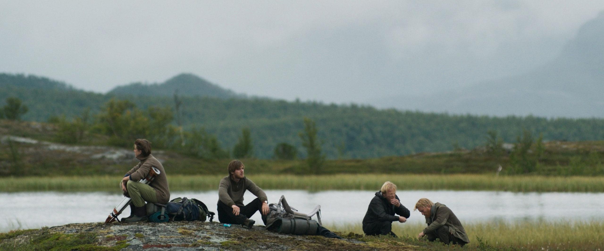 Scene uit Beyond sleep, vier kampeerders aan een meer