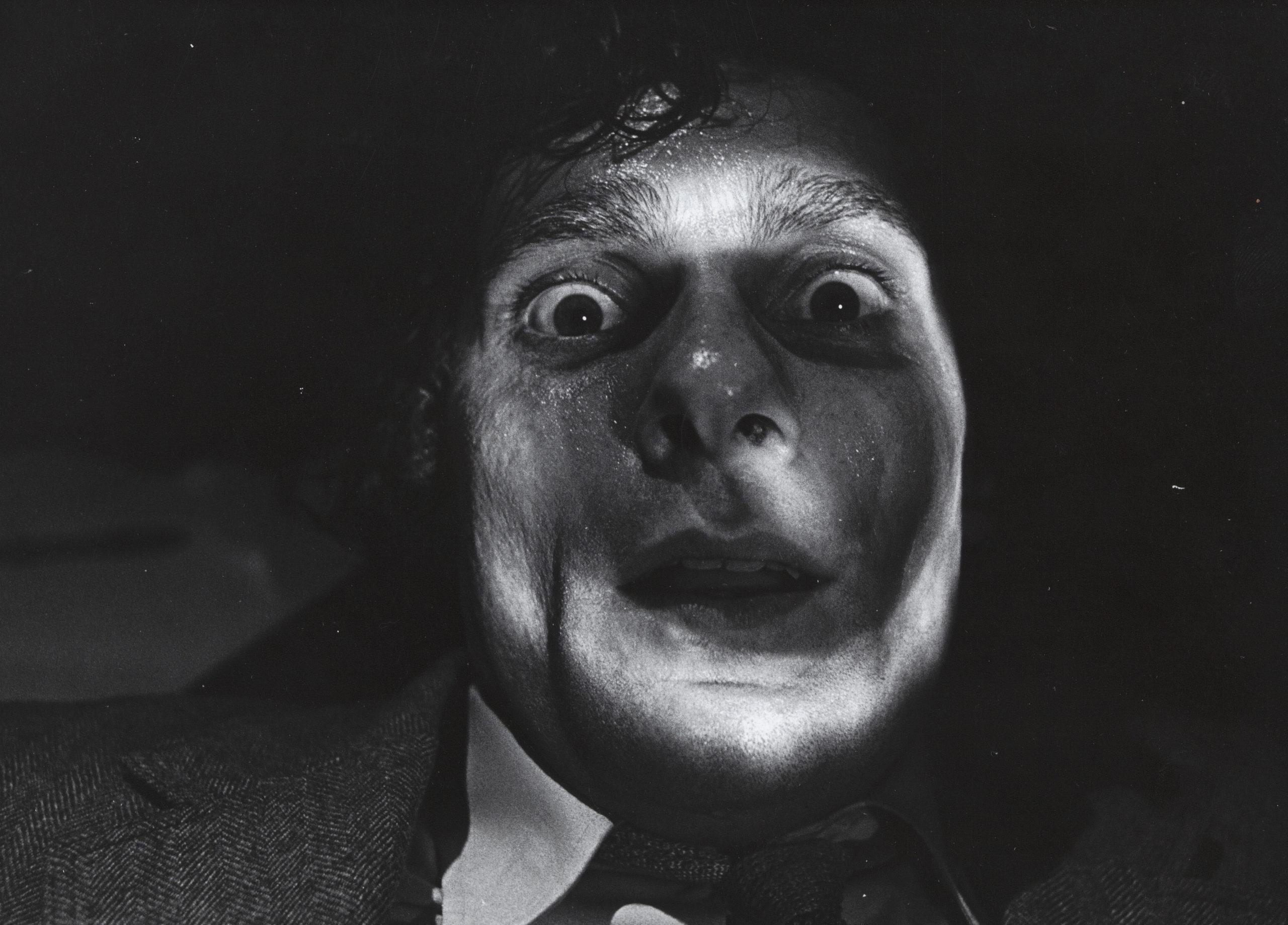 Scene uit De blinde fotograaf, man kijkt verschrikt