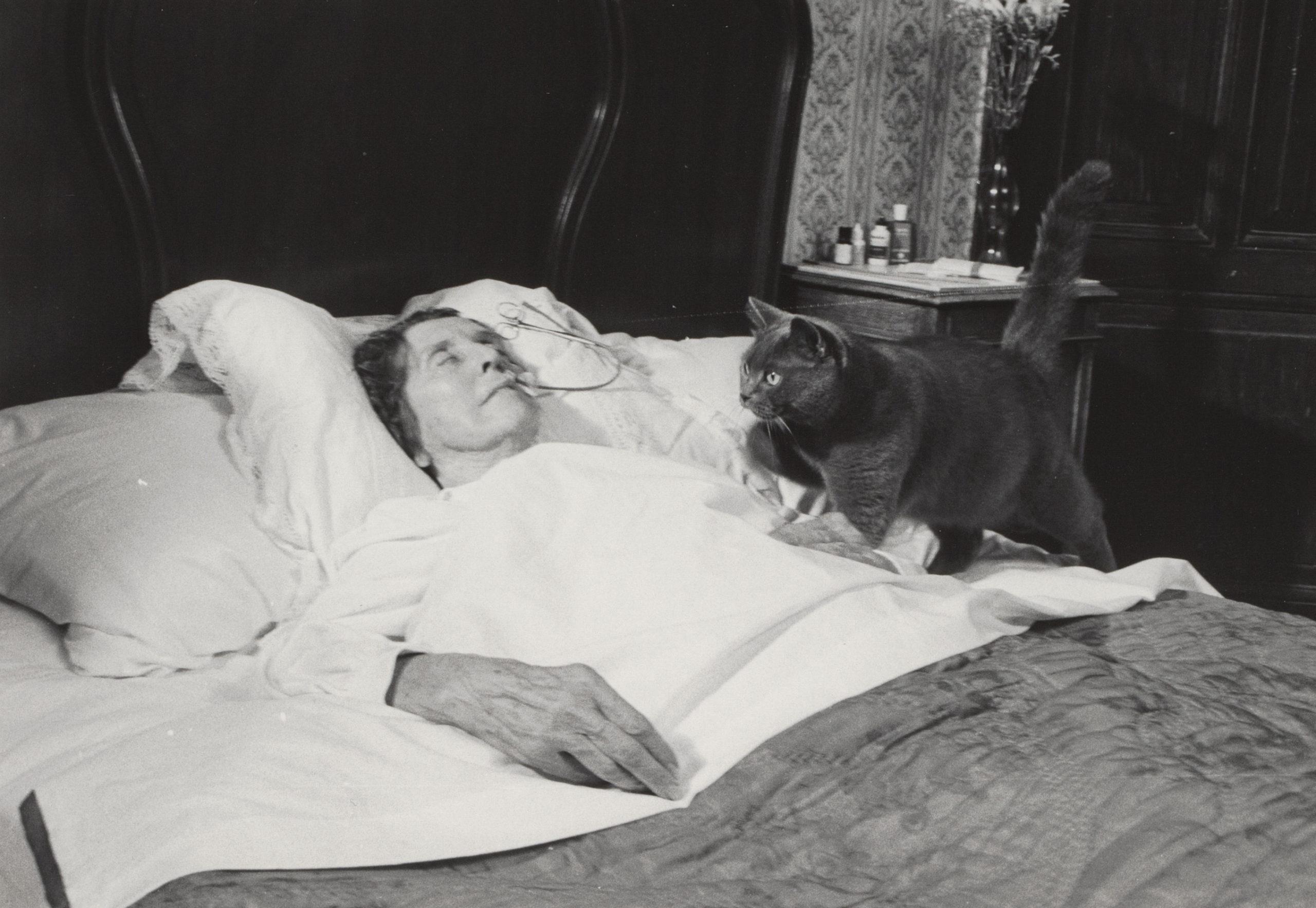 Scene uit De elektriseermachine van Wimshurst, met oude vrouw in bed